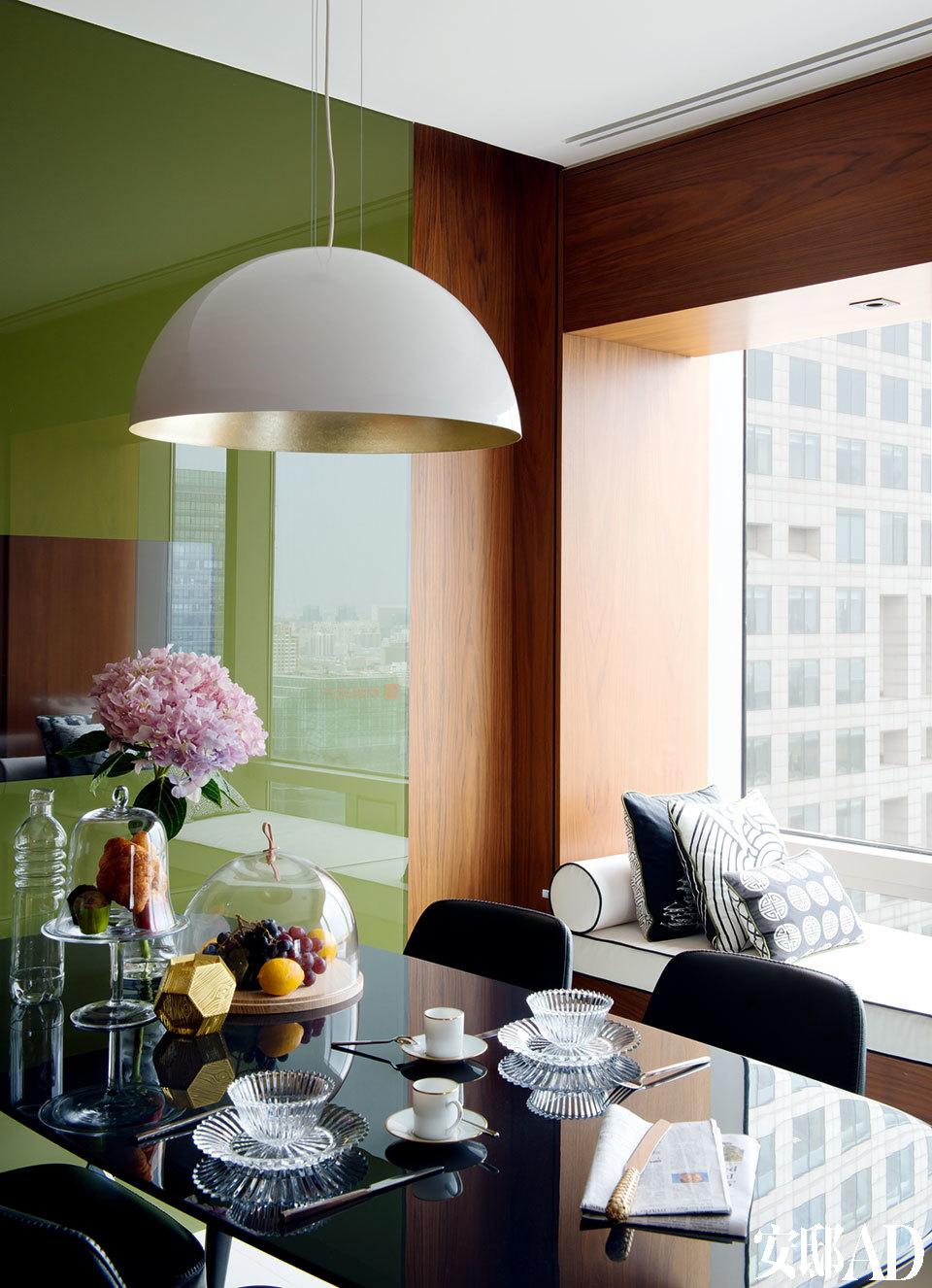 早餐餐厅中,高光漆面的不锈钢餐桌为Maxalto品牌,来自家天地,金属的Sunset吊灯来自OvO Home HKG,餐桌上的千夜甜点盘来自Baccarat,玻璃烛台及蛋糕托盘均来自 Lane Crawford连卡佛。