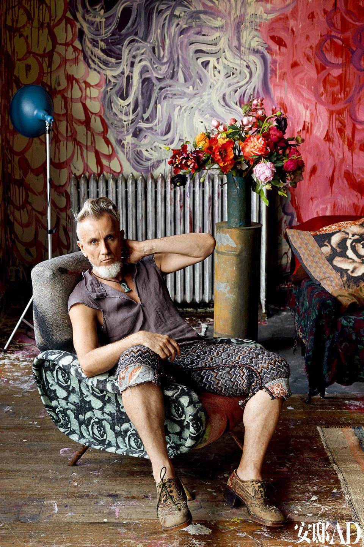 汤普森坐在客厅的少女扶手椅上,他在这间阁楼创作出许多优秀的艺术作品。