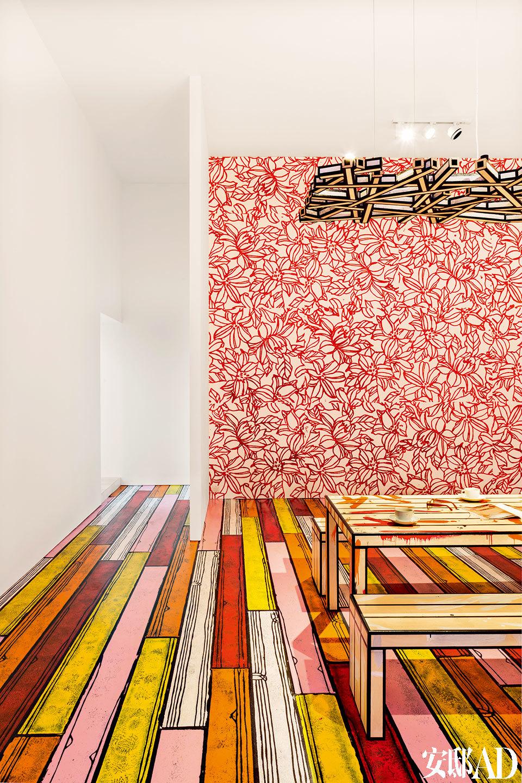 一间展厅中Richard Woods的Dirty系列家具搭配了他设计的墙面图案。
