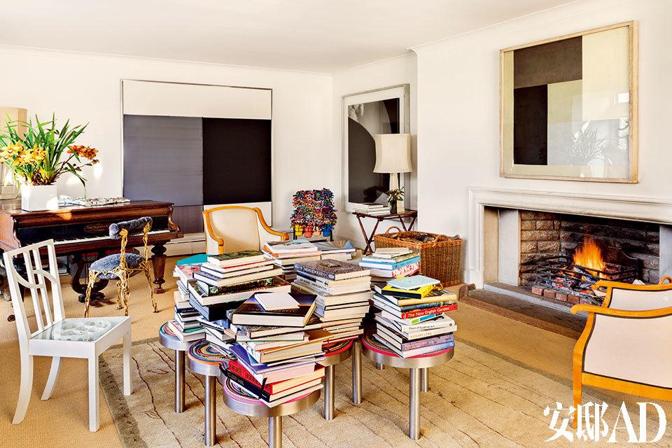 客厅以简洁的空间、素雅的画作构成底色,Campana兄弟那些天马行空的艺术家具就仿佛点睛之笔,奏出灵动音符。Belchers主客厅中,一张由Campana兄弟设计的Harumaki长凳被用作了茶几,上面堆满书籍,Lupa钢琴前的巴洛克椅也是他们的作品。墙面上挂着的画作都来自Callum Innes。