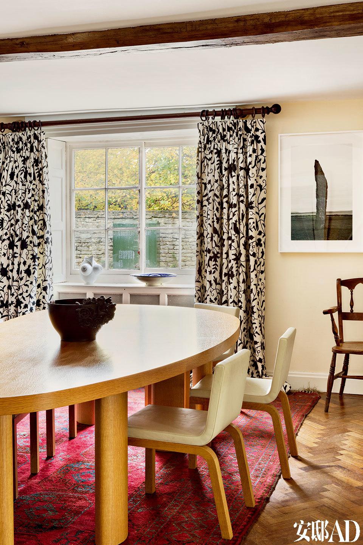 另一间餐厅中,桌椅窗帘都是India Mahdavi的设计,墙上的黑白照片来自Andy Goldsworthy。
