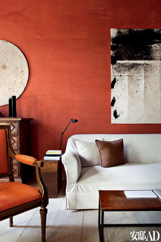 时光的痕迹,令房子本身格外漂亮。Axel 所做的只是用赤陶色刷了几面缺少故事的墙,并谦卑地配以少量艺术品来装点。客厅的沙发由主人Axel Vervoordt亲自设计,而沙发的上方悬挂着来自日本神户的艺术家Sadaharu Horio的作品,令整个客厅熠熠生辉。