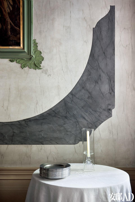餐厅内的墙面细节处体现出威尼斯式豪宅的高贵典雅,细腻精致。主人Axel Vervoordt非常偏爱浪漫的烛光,所以整个宅邸各处都遍布着蜡烛。
