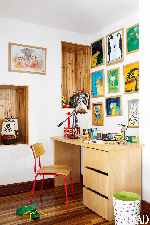 二儿子喜欢画画,颇具艺术天分,墙面上挂的则是他从小到大的画作。