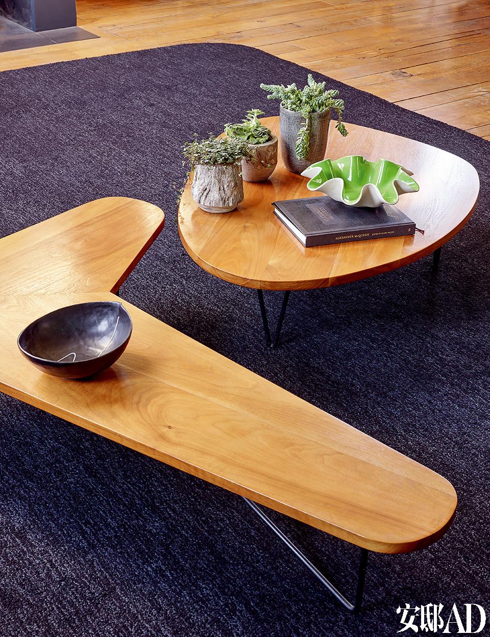 自由造型的咖啡桌是美国设计师Luther Conover的作品,如今已经非常罕见,Florence Lopez从一位收藏家处购回。