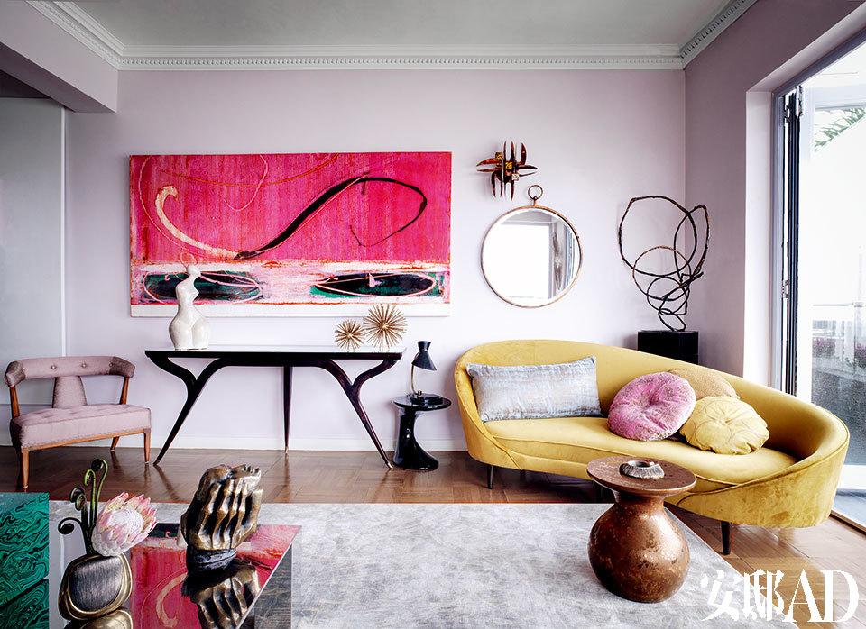 客厅里,尽是Jenny-lyn多年收藏的20世纪 中期的经典家具、现代艺术品和装饰品。墙边放 置的是Ico Parisi设计于上世纪50年代的三脚桌, 这是她在巴黎的Clignancourt跳蚤市场买来的。 在桌子上方悬挂着Richard Allen的画作,来自The Cat Street Gallery。弧线形沙发是Jenny-lyn自己 的设计,来自JL Collection。上世纪60年代意大利 不锈钢咖啡桌是Marco Giovannelli的设计。