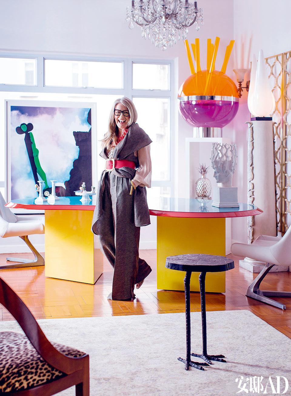 餐厅的风格充满戏剧性,米兰品牌Memphis 在1976年生产的Ettore Sottsass多色餐桌成为视觉重点。