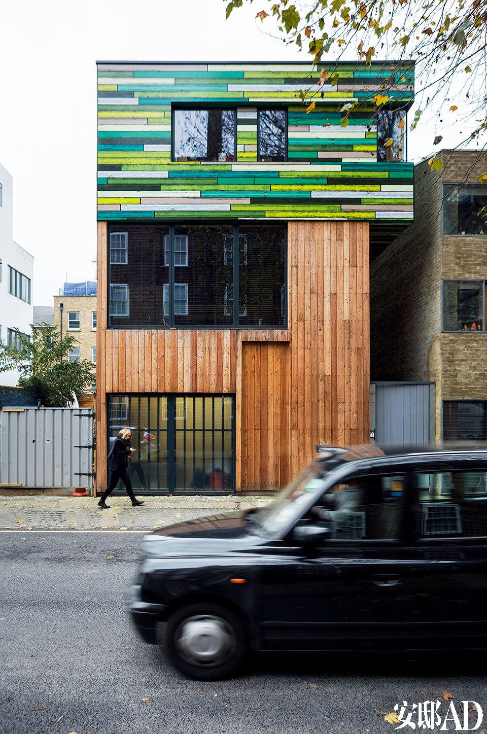 色彩缤纷的房屋立面给整条街道带来一抹跃动的色彩。一层的一面商店橱窗类型的落地玻璃为工作室引入足够的自然光。
