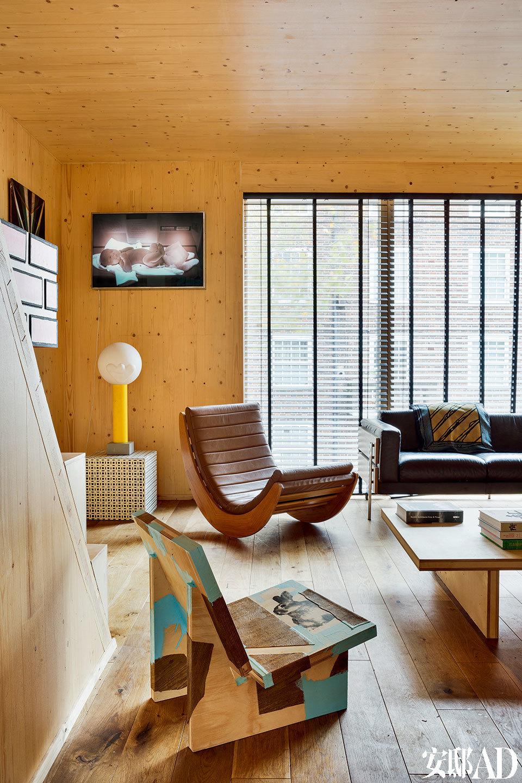 那些跨界在雕塑、设计和绘画之间的作品赋予整个空间丰富表情。 在主人看来,将功能与艺术巧妙融合是一件再有趣不过的事。Robin Day在上世纪50年代设计的Forum沙发绝对是时代的经典。角落处黄白色的台灯Buggs Life是Sebastian Wrong 2010年的设计,由Established & Sons生产。