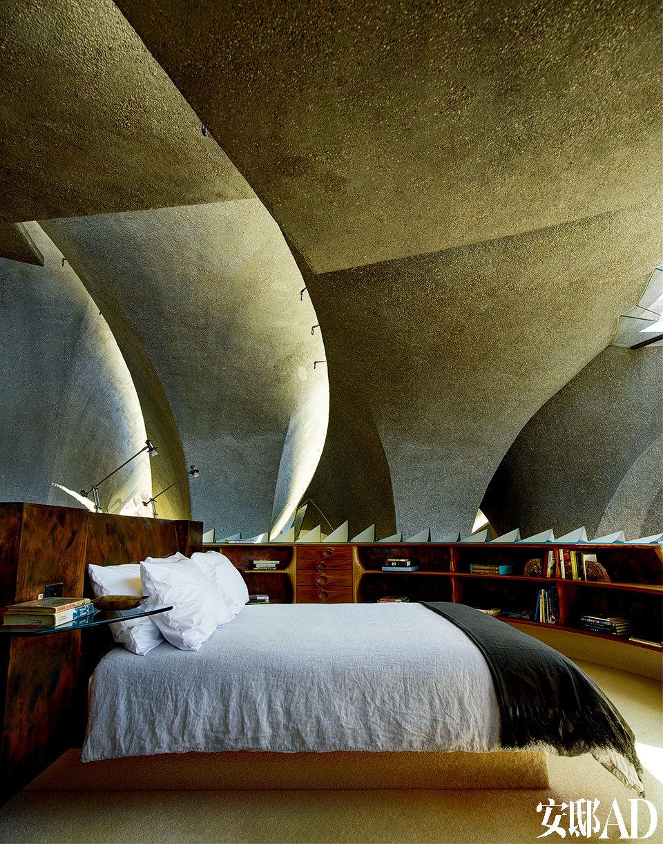 """造""""个山洞""""给自己住,感觉真是奇幻。主卧位于二层,周围是褶皱视觉透光玻璃,像个巨大的吊灯,点亮整个房屋。主卧材质为大理石和青铜,淋浴位于一侧,北面是天然温泉。"""