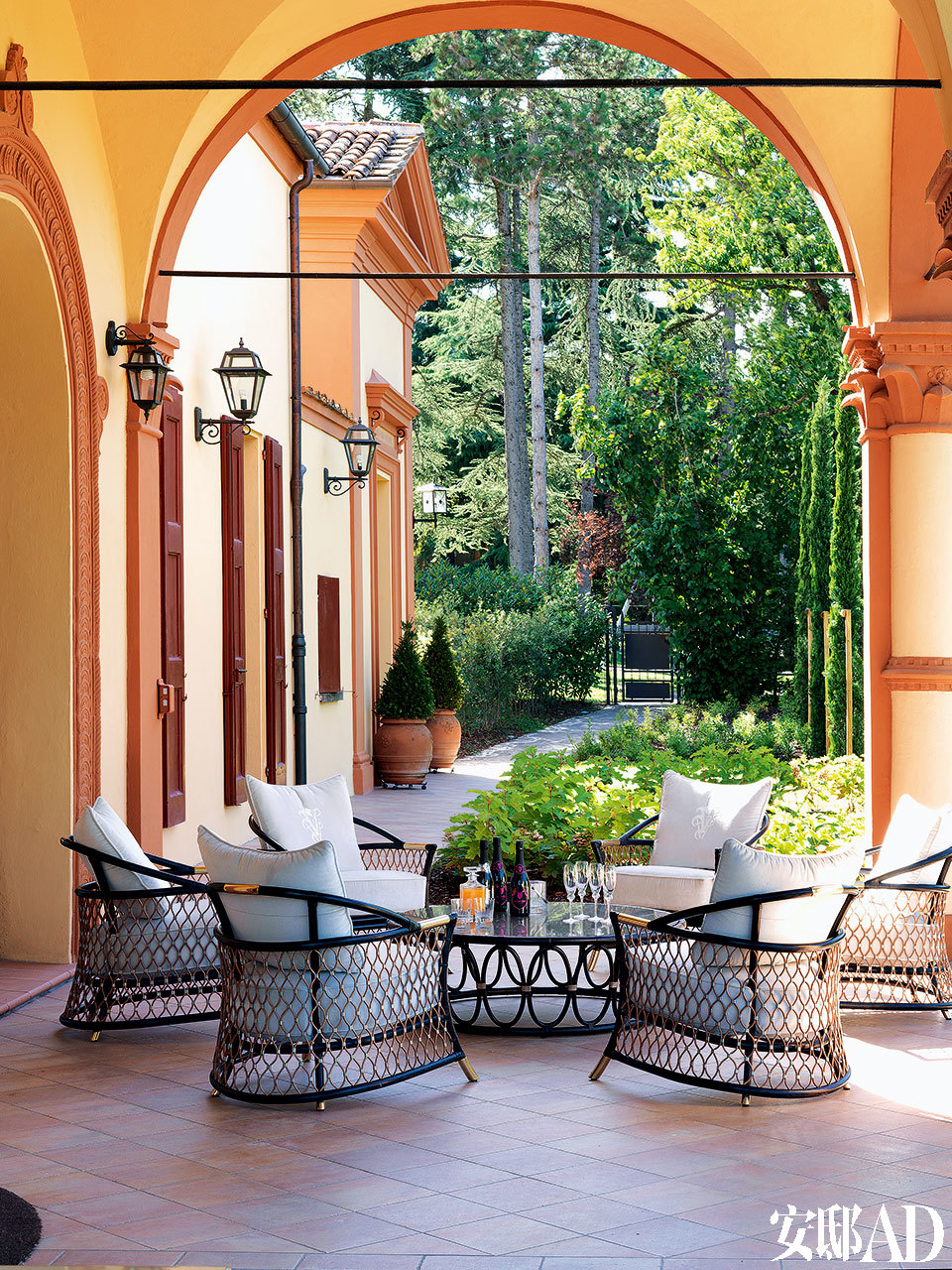 露台上,铁艺的户外家具Farnese系列由Samuele Mazza设计,Visionnaire出品。