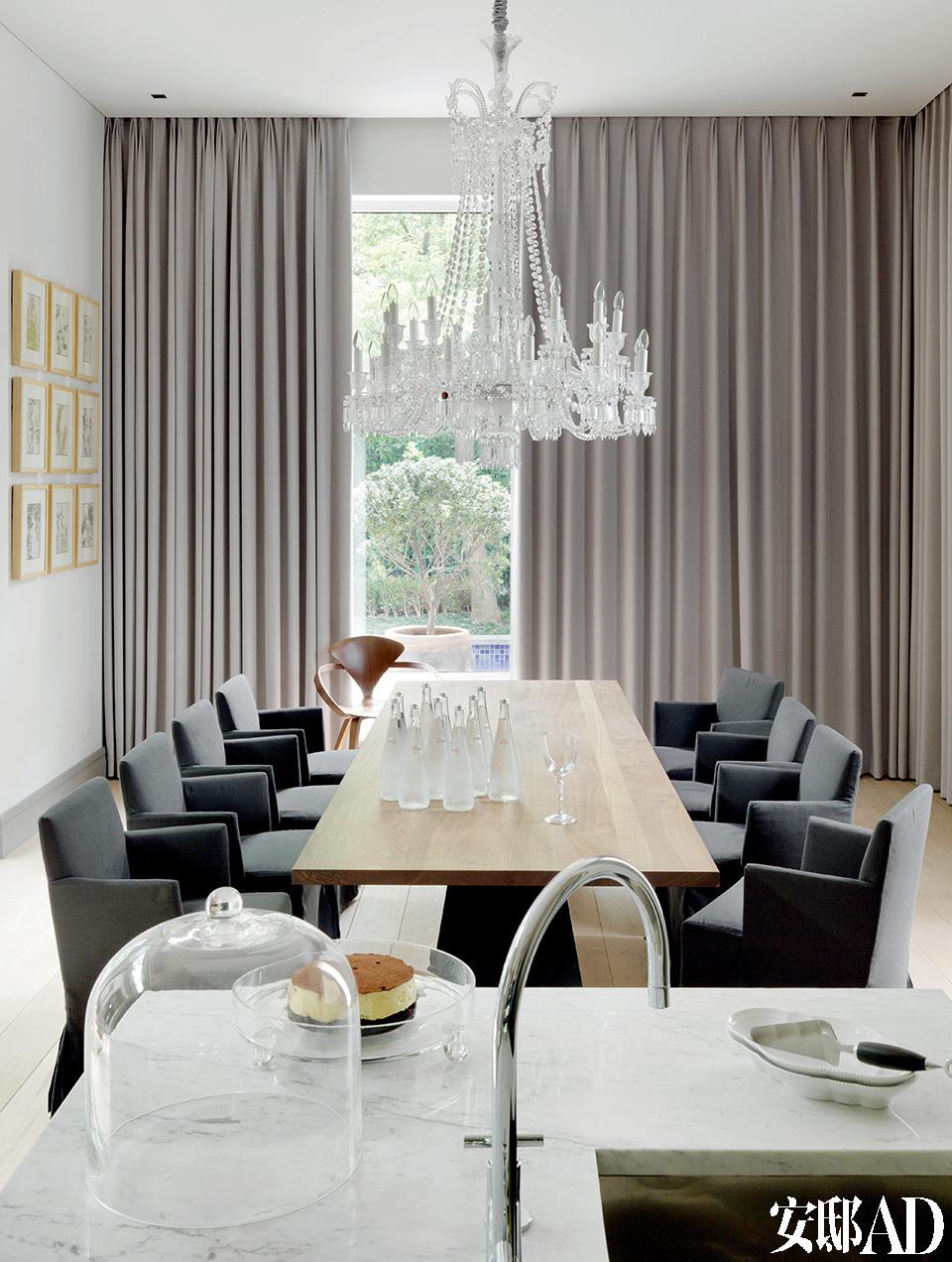 饭厅的长桌是量身定制的,餐椅搭配的是Maxalto的Peplo椅。