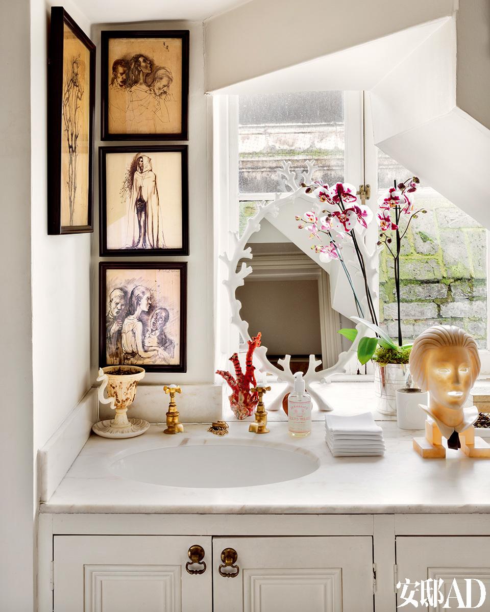 客用卫生间中,摆放着Oriel Harwood设计的巴洛克自然主义风格梳妆镜和俄罗斯画家 Pavel Tchelitchew的超现实主义画作。
