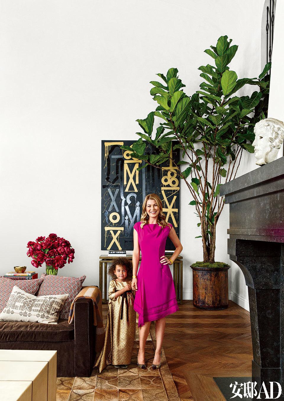 Ellen Pompeo带着她的大女儿Stella Luna站在客厅中。Pompeo身穿的连衣裙来自Nina Ricci,高跟鞋来自 Christian Louboutin。