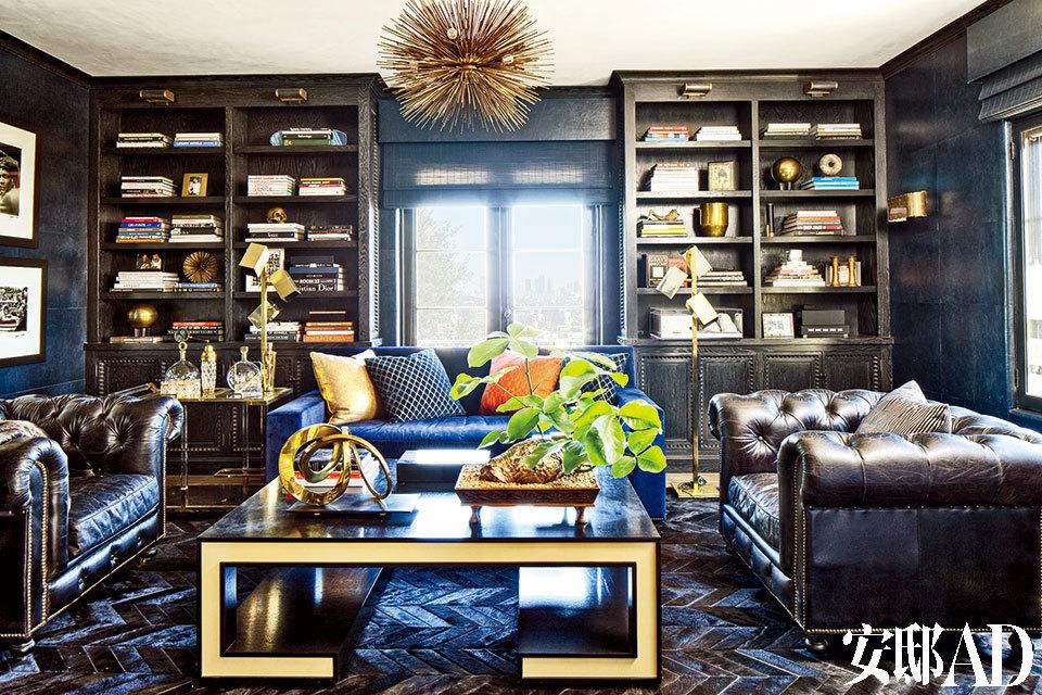 家中的社交区域兼具美国和摩洛哥风情,这正是Pompeo想要的效果,现代气质中隐隐透出一丝经典的好莱坞式奢华。书房中的一盏Jean de Merry吊灯挂在由Timothy Oulton设计、RH出品的美式沙发区,茶几来自Michael Berman Limited。