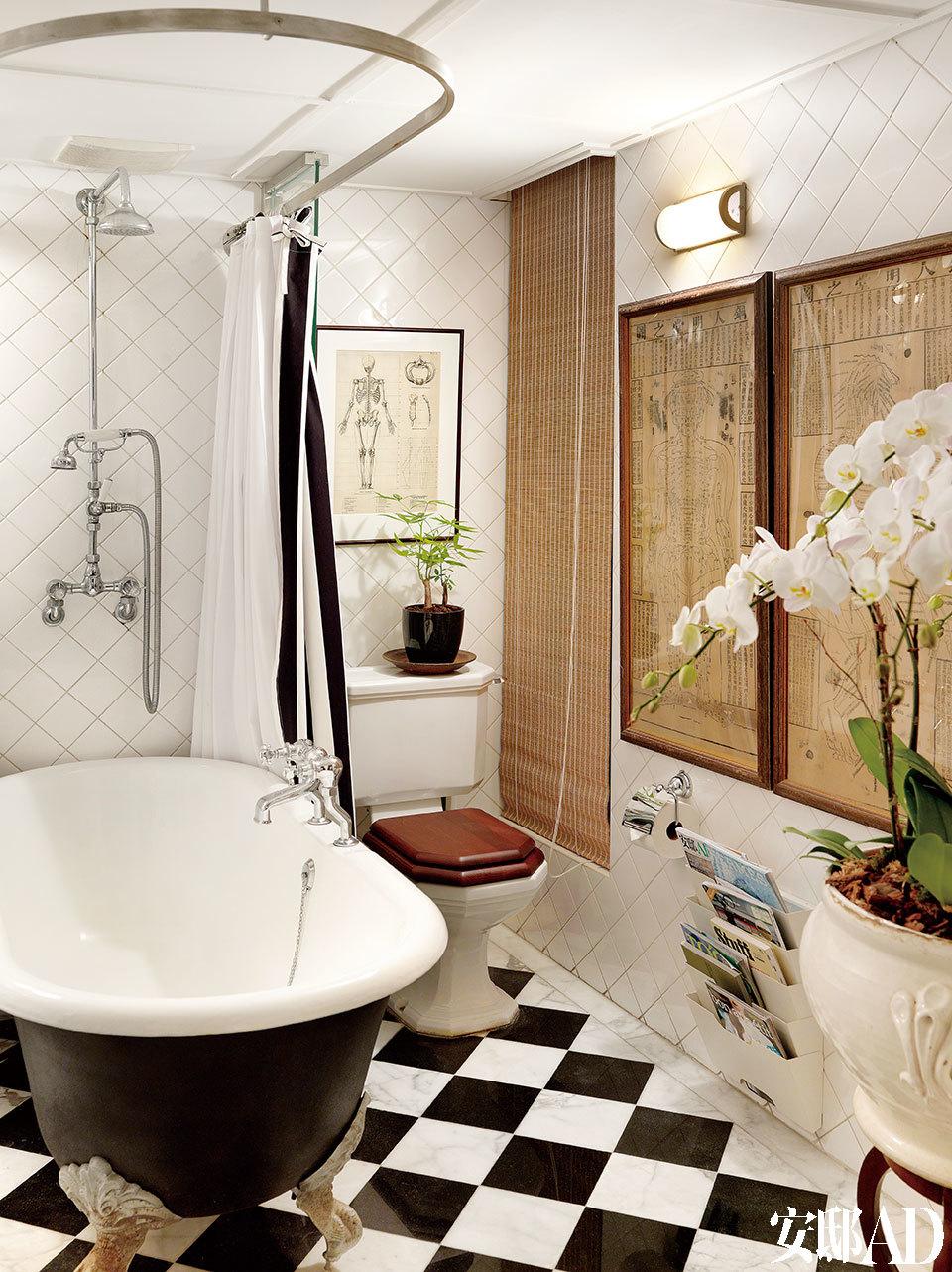 白色浴室为留白之所, 白色瓷砖虽然不时髦,甚至有些平价,却相当耐看。Devon & Devon的四足铸铁浴缸、水龙头为Czech & Speake品牌,马桶为SHS品牌的,它们皆为品牌新品,却充满怀旧味道。墙上的人体针灸图出自《铜人明堂之图》,购自一次国内的拍卖会。