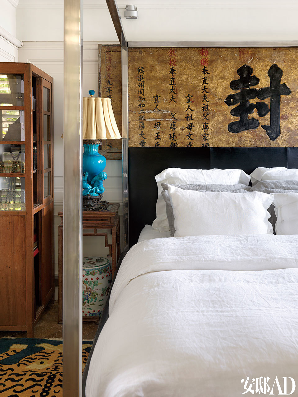 床头后面的匾额原是叶裕清为客人所买;卧室墙上的画为父亲从小搜集的艺术品,此房子的阁楼有个空间塞了100张画,皆为父亲的收藏品。在东方韵味的匾额前,一张美式简约风格的四柱床,融合了东西方视觉文化,赋予空间现代之感。