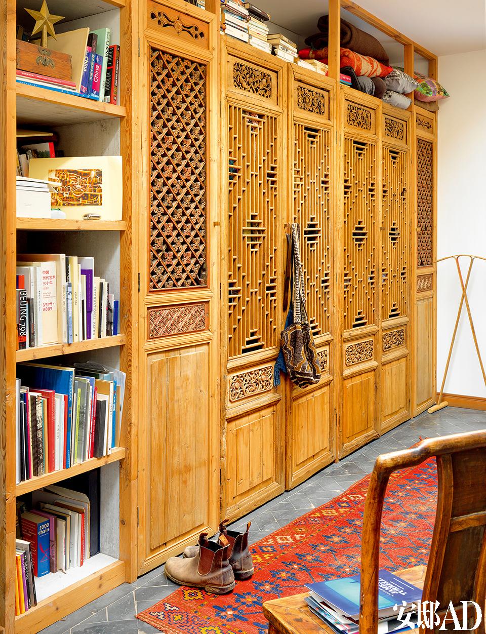 """山西木门作为柜门,是从之前的家搬过来的,用Juan自己的话说,"""" 连踢脚线都拆了搬过来""""。雕花的木门也是从旧公寓拆了重新安装,竹子衣架出自印度设计师Sandeep Sangaru。"""