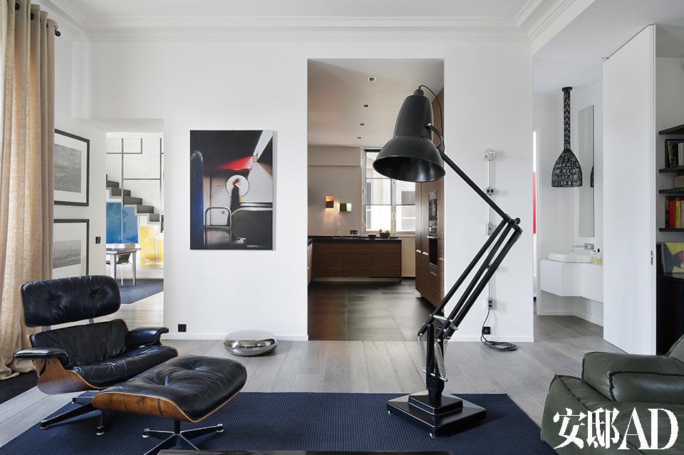 在设计师的改造之下,家中的很多非承重墙被拆除了,打造出比老式公寓格局更加开放的空间,从客厅中即可看到餐厅、厨房和一间盥洗室,通透感十足。