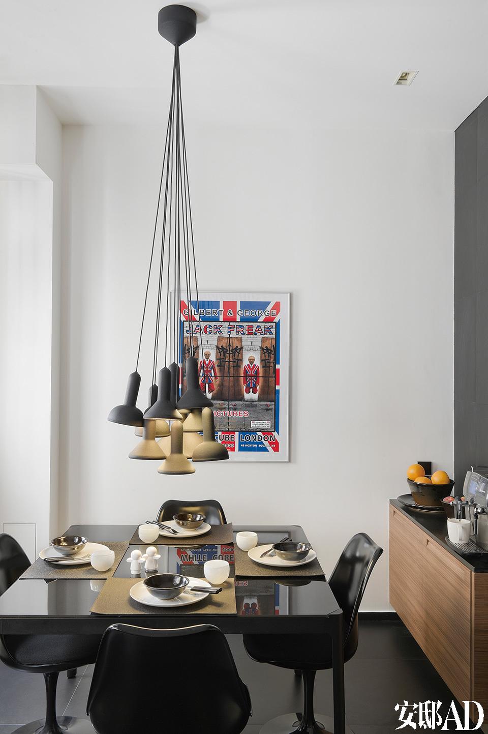 精致的整体厨房选用了美国的Varenna Poliform for Silvera整体橱柜,胡桃木亚光柜面搭配着黑色的花岗岩工作台。黑色的Knoll Tulip餐椅围绕着来自宜家家居的餐桌,桌上的吊灯来自Torch Established and Sons,壁灯和柜灯来自Adonde。