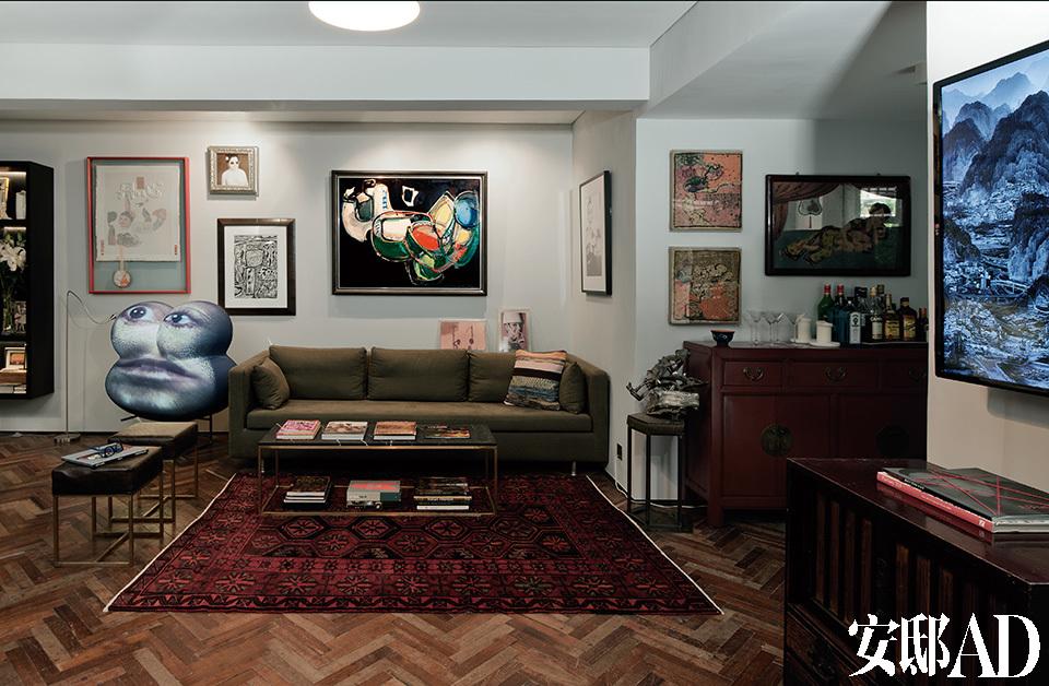 原本一家四口居住的三居室公寓,被改造成通透的一居室,贴满墙壁天花板的老式花纹墙纸也一扫而空,取而代之的是主人收藏的各种现代艺术品。