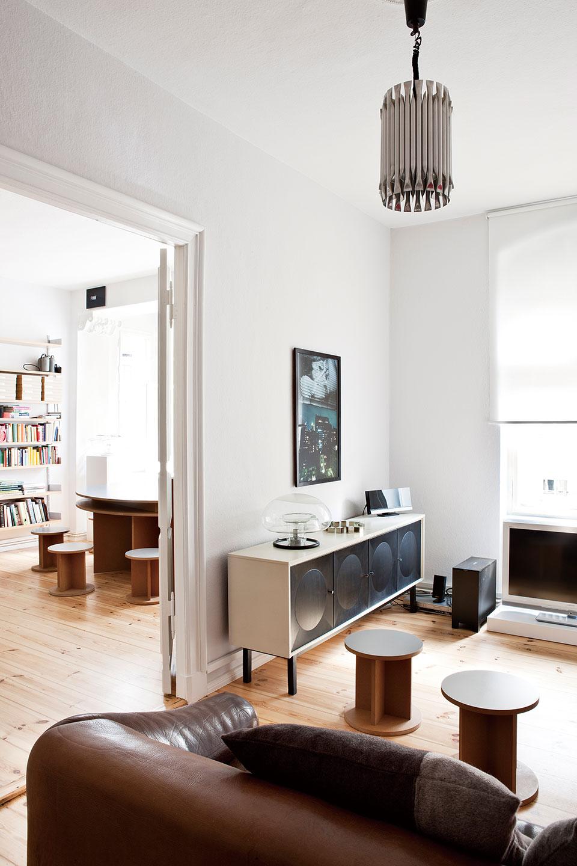 娱乐室中,吊灯为Raak品牌,棕色皮沙发是DeSecle品牌。