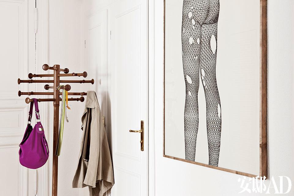 木质衣帽架是Nana Ditzel的设计,一旁是Stefan Thiel的作品《 Cut Out》。
