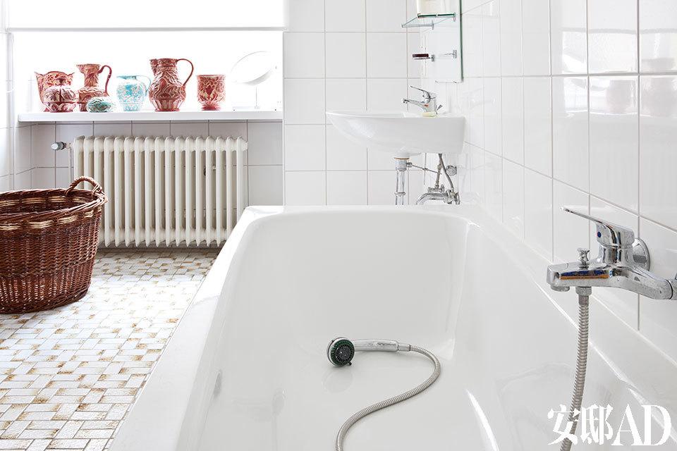 浴室中的瓷砖购自意大利托斯卡纳。
