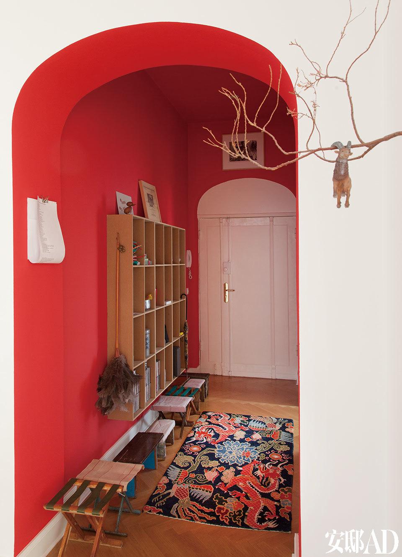 玄关处也是一片炫目的红色,地上摆着一溜儿小板凳和马扎。右侧的山羊雕塑由FrederikFoert创作,他是主人的好朋友,也把大本营安在了柏林,他经常去北京,作品曾数次在北京展出。