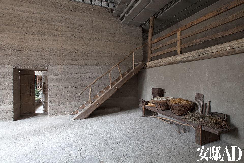 进入无用生活空间,首先看到院子,进而就会来到这处宽敞的中庭,一面依古法制成的夯土墙前,有用老木建造的楼梯、长凳,凳子上陈列着来自农村的生产和生活用品,以及马可用来制作面料的部分原材料。你会非常惊讶,那些异常柔软、舒适的布匹,竟然就是从如此粗糙的亚麻和生丝变来的。高高的厂房空间里盖起了这样一座接地气的院落, 从乡间收集来的一些简单物品,代表着主人自然朴素的审美取向。