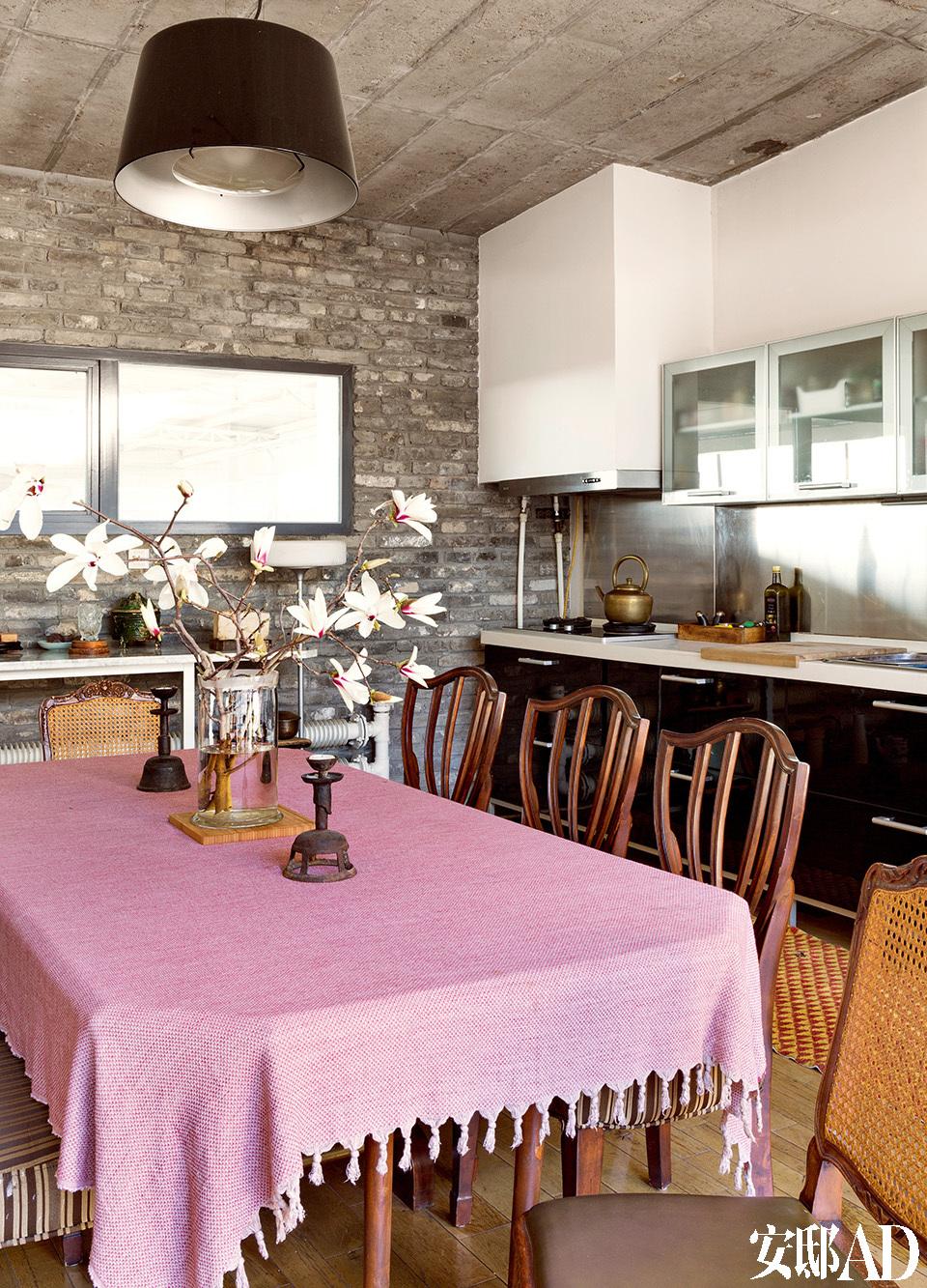 一层、二层两个餐桌,黄锐喜欢美食,他的家宴也早已在圈中闻名。除了一层,二层的中央,也有一个小型餐 厅,灰紫色的亚麻布配上旧烛台,桌上放的是随手从院里剪来的玉兰花。