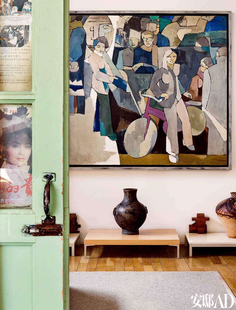 传统旧门做成的屏风,隔出了主卧,墙上的画是黄锐的早期代表作。主卧里挂着黄锐的早期代表作,从上面可以清晰地辨认出他年轻时的挚友、诗人顾城等形象。