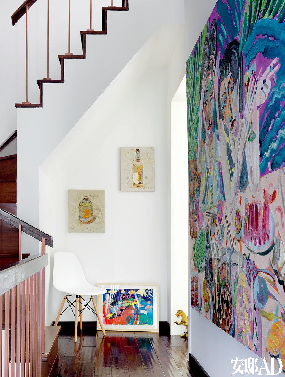 """右手墙面的大画来自艺术家申玲,Andrew于2000年收藏了这幅《幸福》。旁边两幅小的""""瓶子""""来自艺术家王玉平。这两位艺术家刚好是夫妻。"""