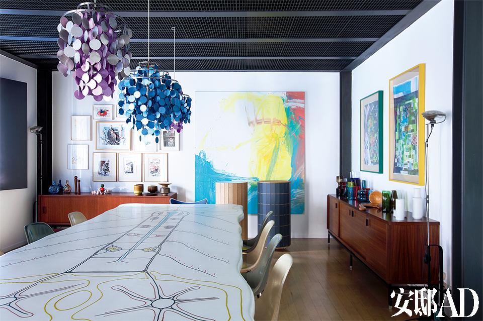 Marconi经常在餐厅里举办艺术圈小聚会,而那张像画一样的餐桌以及各种艺术、设计单品都成了最好的谈资。玻璃树脂餐桌出自Atelier Van Lieshout ,复古椅子出自Charles& Ray Eames,墙上的 油画作品来自Michel Majerus,右侧墙上的拼贴艺术画来自Martin Kippenberger,吊灯来自设计师Verner Panton,Toio地灯出自Flos,柜子上摆放着各种玻璃、陶瓷的器皿。
