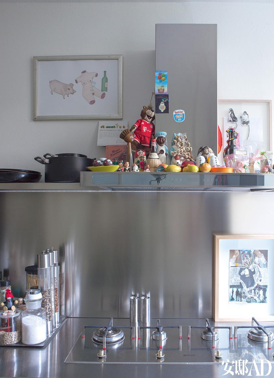 厨房一角展现出主人的童心未泯,他用充满童趣的水彩画来搭配自己收藏的小玩具。橱柜的墙面左侧上方的水彩画来自Atelier Van Lieshout,右侧的拼贴艺术画来自John Bock。
