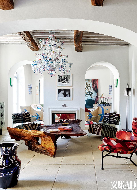 房中的巴卡拉Baccarat水晶吊灯。左侧的绿色矮柜出自法国设计师Elizabeth Garouste之手,上面摆放的陶瓷狗来自杰夫·昆斯。右侧的座椅由意大利建筑师Franco Albini(1905-1977)于20世纪 50年代设计。
