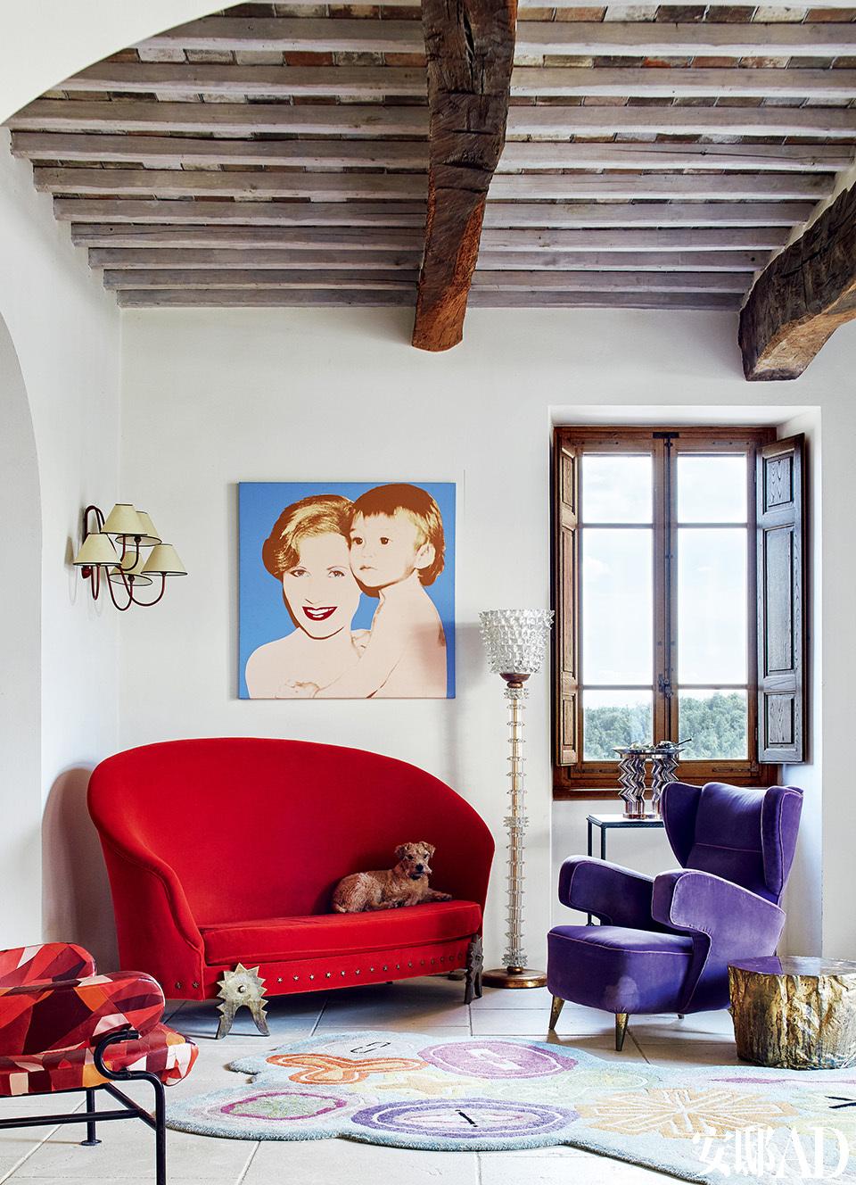 红色沙发来自法国设计师拍档Garouste &Bonetti,紫色扶手椅来自Gio Ponti,玻璃坐灯来自Barovier&Toso。窗边控制台上摆放的玻璃花瓶来自Ettore Sottsass(1917-2007)。左侧墙灯来自法国设计师Jean Royère(1902-1981)。画作来 自安迪·沃霍尔,画上是Suzanne和儿子Marc。