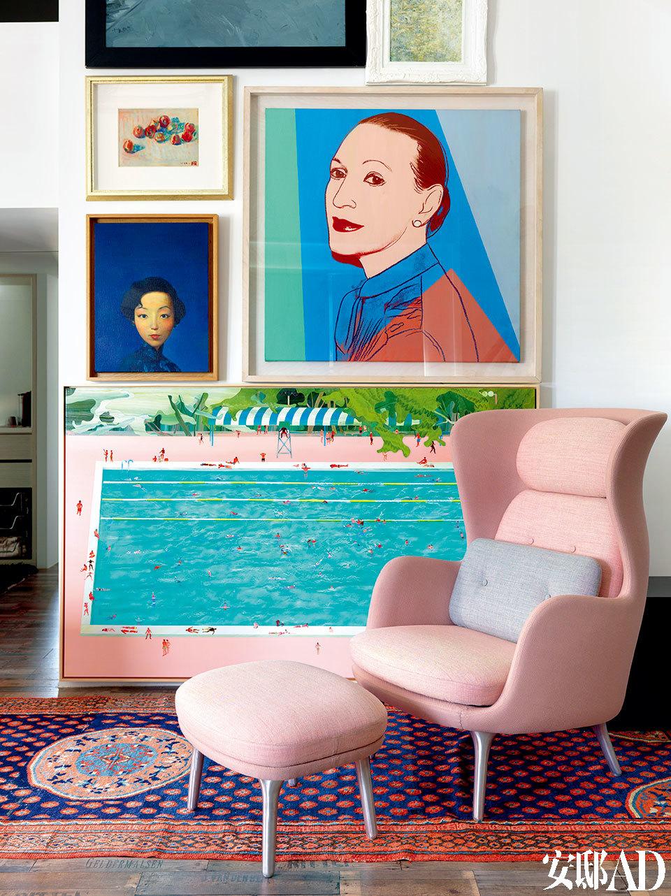 细腻的粉色家具呼应着墙上的画作,正反映出姚谦对女性内心世界的洞悉与把握。一面白墙挂满姚谦收藏的艺术品,其中包括郭柏川的《静物》、刘野的《张爱玲》、Andy Warhol的《AntoineGrunn》以及台湾艺术家范扬宗的《乐园》。粉色扶手椅为姚谦最爱的设计师Jaime Hayon为Fritz Hansen设计的Ro系列。
