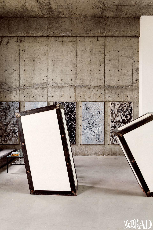 """工作室的两组""""人""""字书柜,以斜的姿态打破方正的空间感。这是肖鲁自己设计的家具,寄托她对两性关系的理解"""":希望它们是同等体积相依,中间点是爱情。""""也掷地有声地强调了她女性主义艺术家的立场。"""