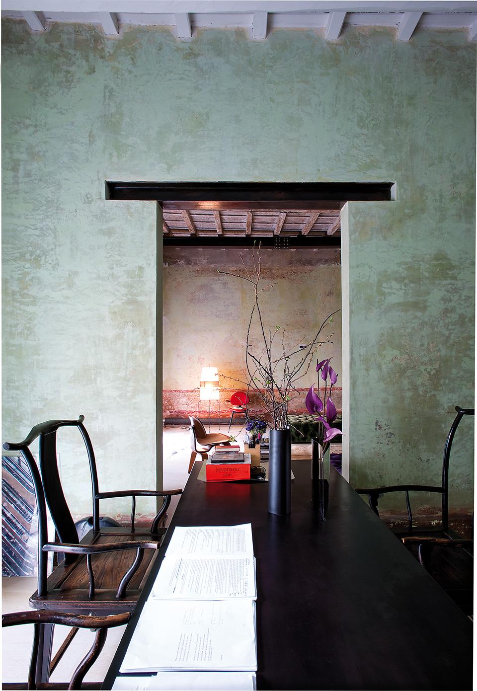 书房里,古董木质扶手椅来自中国,黑色漆木桌来自Massimiliano e DorianaFuksas;桌上的花瓶则由Elisa的母亲Doriana设计。