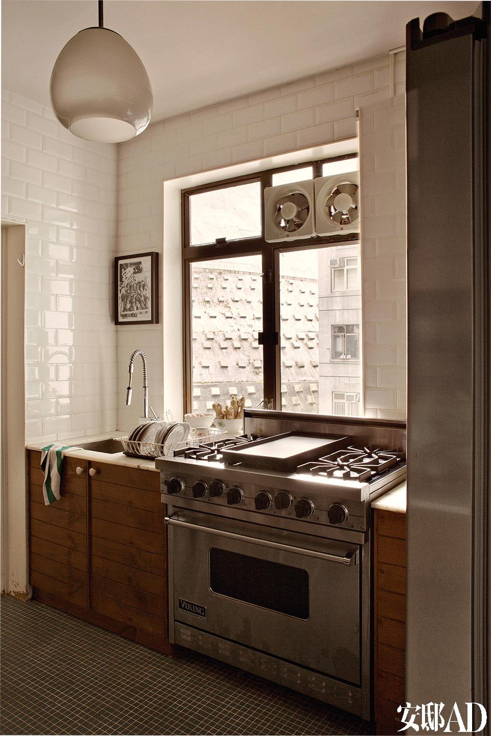 厨房里,主人只是根据原有的材料发挥,重新修饰了橱柜,在地上和墙上铺了瓷砖。