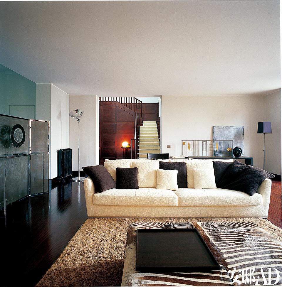 客厅中的大沙发为Maxalto品牌,分隔餐厅与客厅的小屏风出自意大利设计大师Antonio Citterio之手,镀黄铜框架内搭配了一种灰色金属细网。