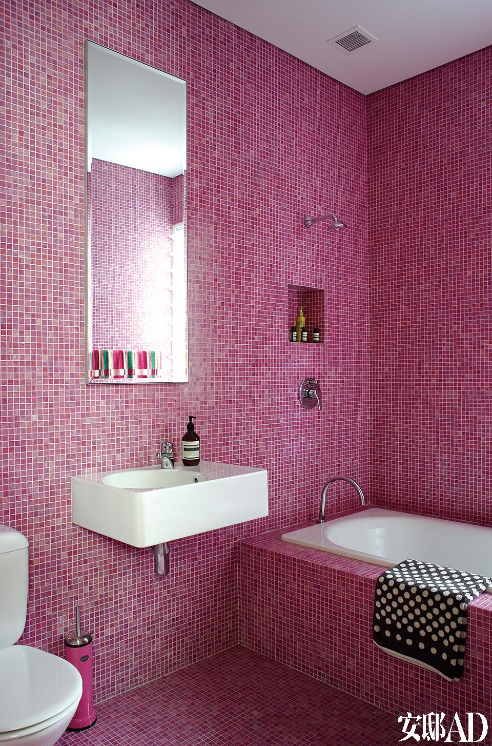 卫生间采用了Scott最热衷的色彩。墙上贴着Bisazza的Smalto马赛克瓷砖,水龙头来自Fantini,浴巾为Kenzo品牌。
