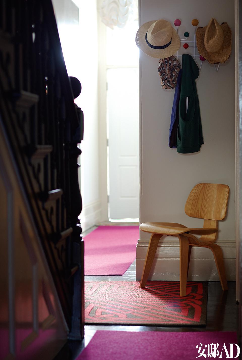 门厅中的胶合板椅来自Eames,Hang-It-All衣帽架由Living Edge出品。
