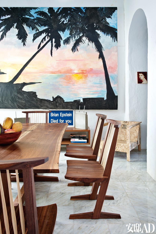 餐厅内,胡桃木质Conoid餐桌和椅子由George Hakashima设计,他的女儿Mira制成。墙上挂着Wawa Tokarski的画作,画作下方,由Jeremy Deller设计,写有