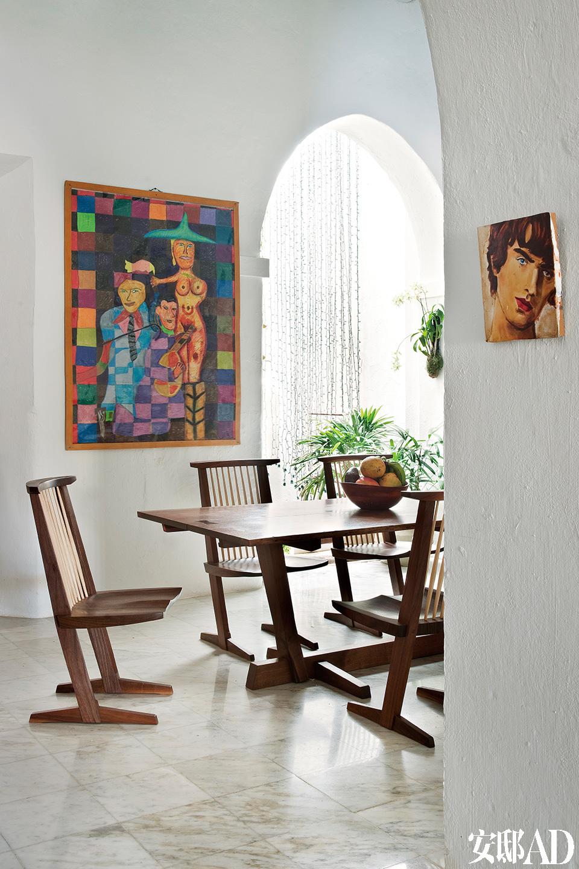餐厅墙上挂着Rafael Ferrer的画作。