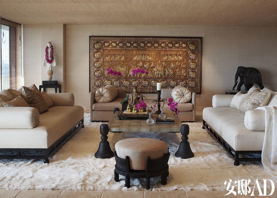 由金银线编织而成的19世纪印度挂毯为雪儿洛杉矶豪宅的主卧提供了引人注目的背景装饰。沙发和茶几是Martyn Lawrence-Bullard设计的。18世纪的佛像来自西藏,大象雕塑是19世纪早期的艺术品。沙发床和垫脚凳的皮料来自Edelman,墙面涂料来自Schumacher,地毯来自The Rug Company 。