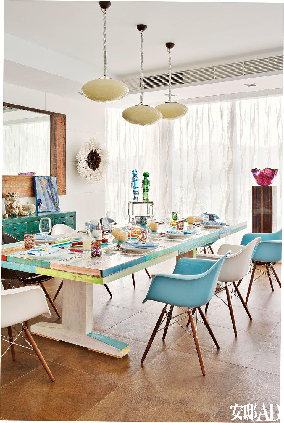 2.7米长的餐桌取材于旧船板木料,在香港本地定做成形后,Tracy用树脂和油漆为它涂上了自己喜欢的各种颜色。桌上摆着一对蓝色和绿色的 Murano玻璃舞者雕像,由James Coignard创作原画并于20世纪60年代由Murano玻璃艺术家转化为雕塑。窗前的木制基座上摆着一件深粉色的玻璃艺术品,由来自堪萨斯州 Wichita市的玻璃艺术家Rollin Karg创作。