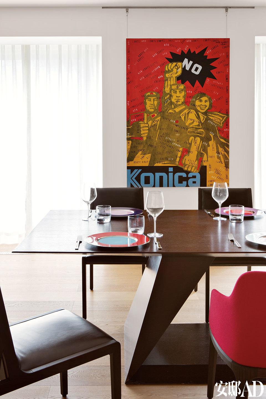 餐厅的墙上还挂着王广义的作品,男主人说它与那面卡通电视墙在思想上有一种微妙的相通。
