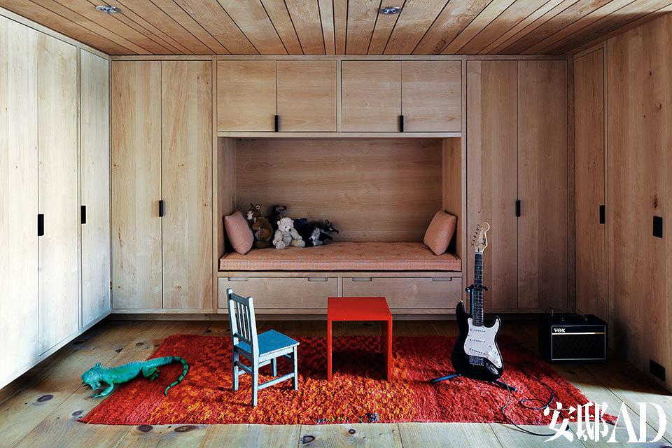 儿童游戏室中,大面积漂白赤杨木的储物柜和色彩艳丽的摩洛哥地毯正好互补。